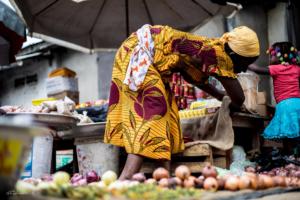 Femme au marché à Bonoua, Stéphane K
